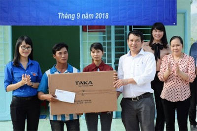 Vinh Tan Thermal Power Company donates houses to poor households in Vinh Hao commune